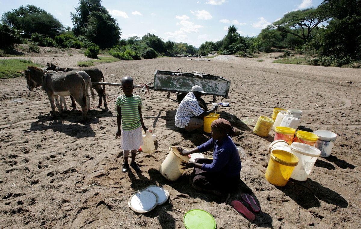 Dorfbewohner suchen nach Spuren von Wasser in einem ausgetrockneten Flussbett. Zimbabwe, Region Masvingo.