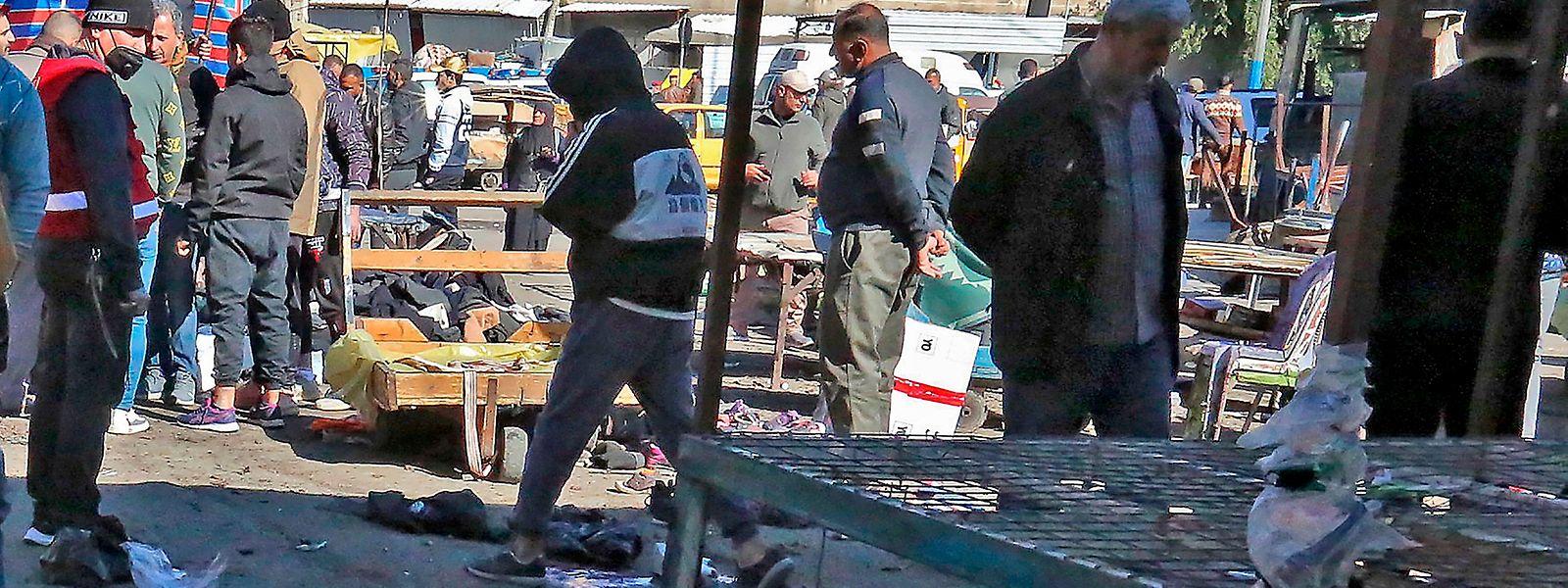 Videos von den Augenblicken nach den Explosionen zeigten mehrere Tote und Verletzte auf einem Marktplatz liegend.