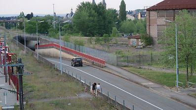 Beidseitig der Straße wird ein Fußweg angedeutet, der nicht mehr vorhanden ist. Unfälle scheinen an dieser unübersichtlichen Tunnelausfahrt vorprogrammiert.