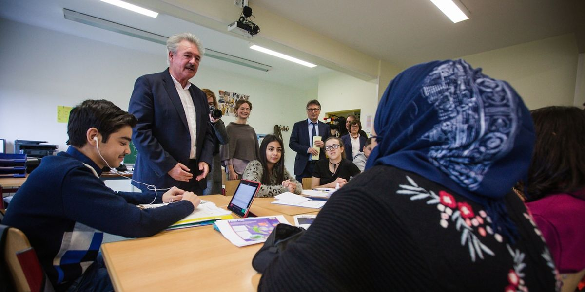 Außenminister Jean Asselborn unterhält sich mit den Schülern über ihre Herkunftsländer.