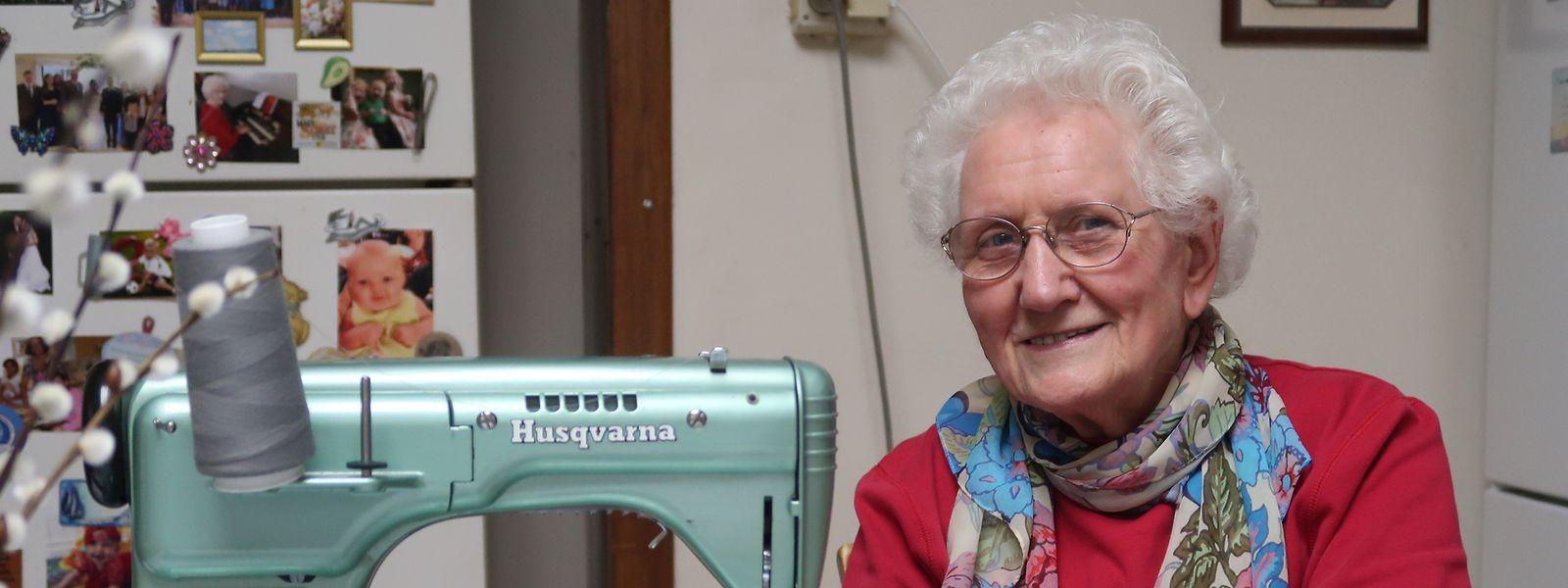 Fast täglich sitzt Sonja Wanting auch noch an der Nähmaschine.
