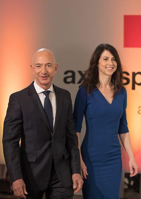 24.04.2018, Berlin: Amazon-Chef Jeff Bezos und seine damalige Ehefrau MacKenzie Bezos kommen zur Verleihung des Axel Springer Awards.