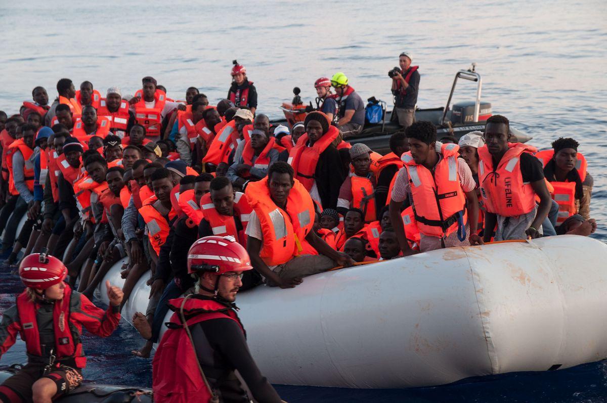 Dieses Foto zeigt die Flüchtlinge vor ihrer Rettung durch die Lifeline.