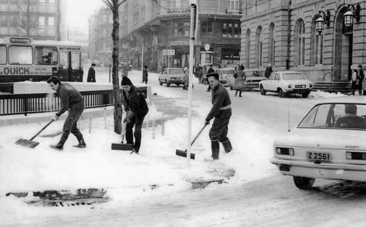 Schneeschaufeln am Aldringen: Dieses Foto entstand kurz nach Weihnachten, am 3. Januar 1979.