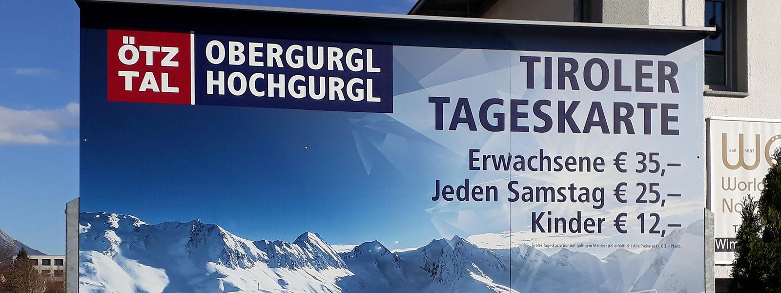 Werbebanner in Innsbruck: Fremde müssen für die Tageskarte im Skigebiet Obergurgl/Hochgurgl 53 Euro zahlen, Einheimische nur 35 beziehungsweise 25 Euro.