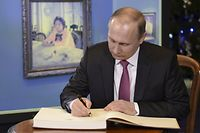 Russian President Vladimir Putin signs the guests' book as he visits an exhibition, dedicated to the 150th anniversary of artist Valentin Serov's birth, at the State Tretyakov Gallery in Moscow, Russia, January 18, 2016. REUTERS/Aleksey Nikolskyi/Sputnik/Kremlin ATTENTION EDITORS - THIS IMAGE HAS BEEN SUPPLIED BY A THIRD PARTY. IT IS DISTRIBUTED, EXACTLY AS RECEIVED BY REUTERS, AS A SERVICE TO CLIENTS.