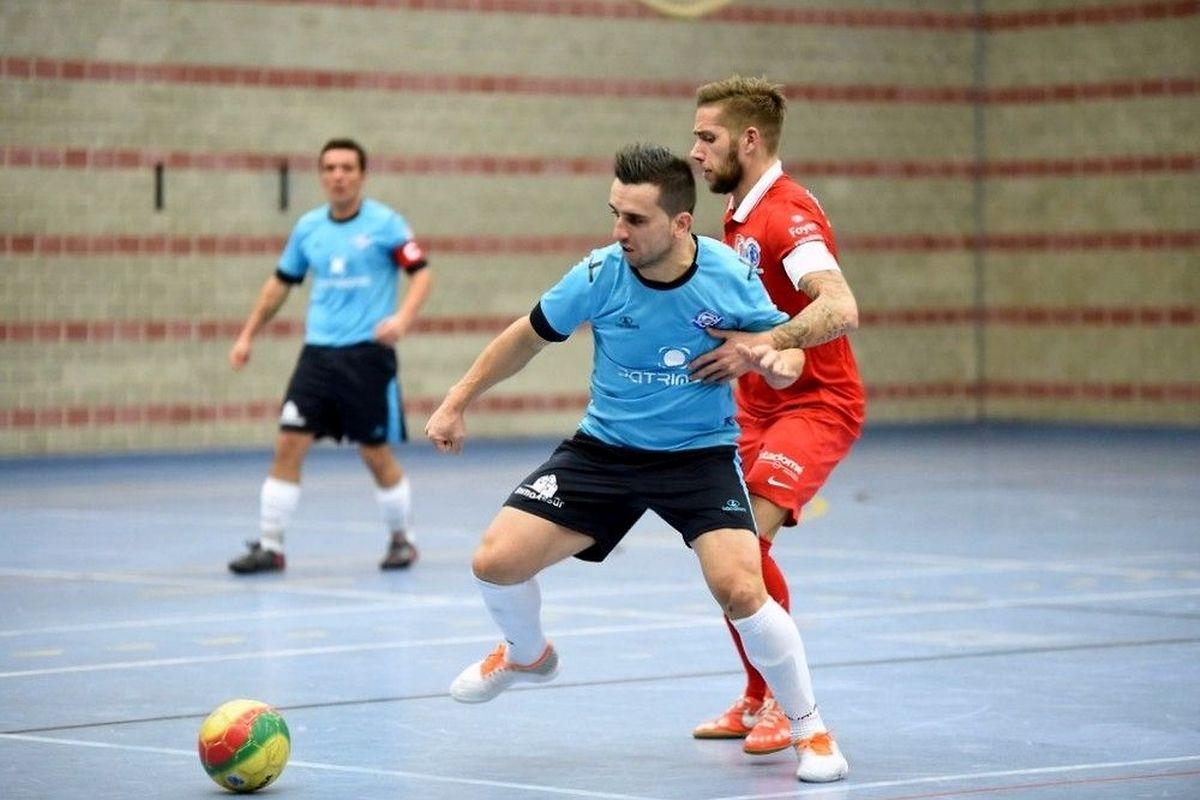 Marco Sousa (US Esch, en bleu) devant Joe Monteiro da Veiga (SC Bettembourg)