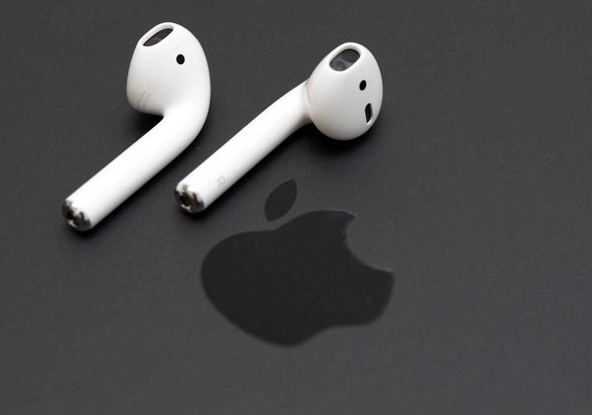 Apples AirPods lassen sich besonders leicht mit iOS-Geräten koppeln und geben einen ausgewogenen Klang wieder..