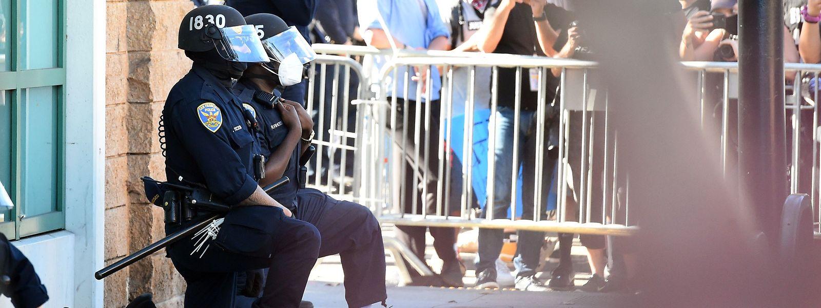 Geste der Demut: Polizisten in San Francisco gehen in Andenken an den Tod von George Floyd vor den Demonstranten auf die Knie.