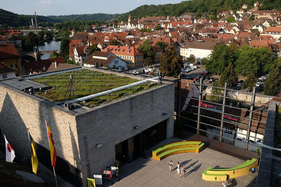 Am einen Ufer des Kocher liegt die Altstadt, am anderen Ufer eröffnete im Jahr 2001 die Kunsthalle Würth. Den dreigeschossigen Bau aus Stahlbeton verdankt die Stadt dem Industriellen Reinhold Würth.