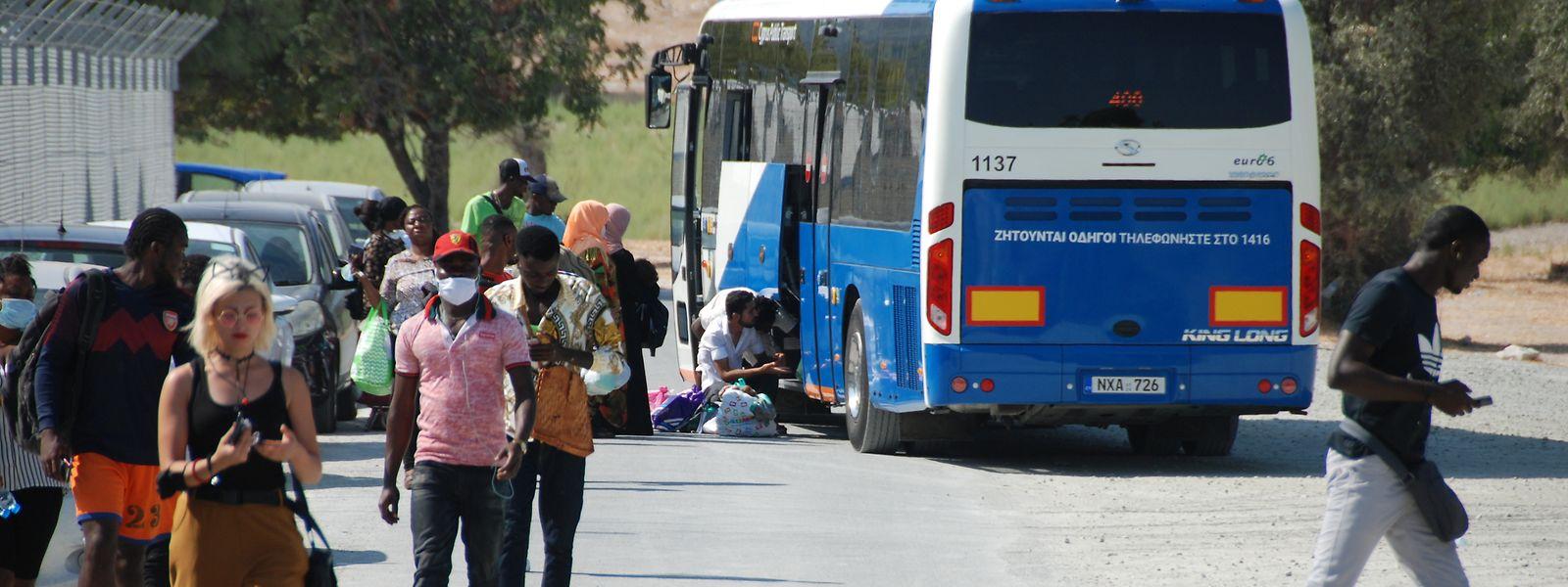 Der aus Larnaca kommende Shuttlebus bringt Flüchtlinge zurück in das Übergangslager in Kofinou.