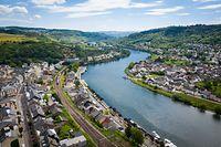 Die Mosel, hier in Höhe von Wasserbillig, ist auf einer Strecke von 36 km Kondominium des Großherzogtums Luxemburg und der Bundesrepublik Deutschland. Wie Sauer und Our ist sie, an der Grenze zwischen den beiden Ländern, gemeinschaftliches Hoheitsgebiet.