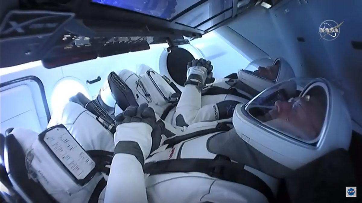 Die Astronauten Bob Behnken (hinten) and Doug Hurley sitzen startklar in ihren Sitzen.
