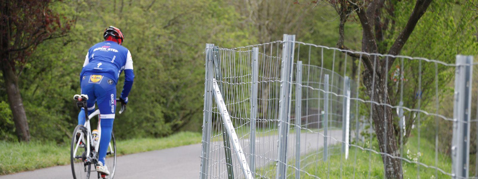 Der Zaun verläuft entlang der Fahrradpiste zwischen Niederkerschen und Sterpenich.