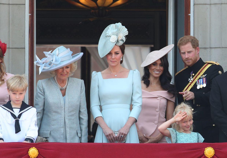 09.06.2018, Großbritannien, London: Herzogin Camilla (2.v.l-r), Herzogin Catherine, Herzogin Meghan und Prinz Harry stehen nach der Militärparade «Trooping the Colour» anlässlich des 92. Geburtstags der britischen Königin auf dem Balkon des Buckingham-Palastes. Foto: Yui Mok/PA Wire/dpa +++ dpa-Bildfunk +++