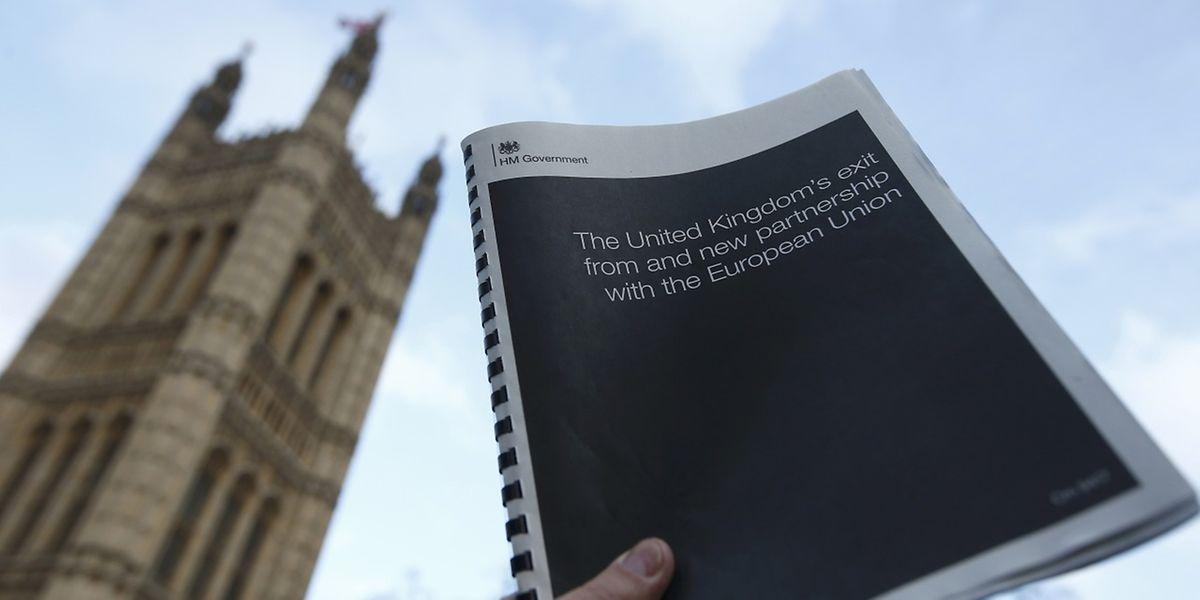Die Dokumentation hangelt sich an der Grundsatzrede entlang, die Premierministerin Theresa May Mitte Januar in London gehalten hatte.