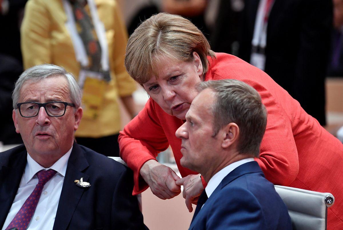 Juncker und Merkel (hier mit EU-Ratspräsident Donald Tusk) haben das Thema Afrika weit oben auf der Prioritätenliste.