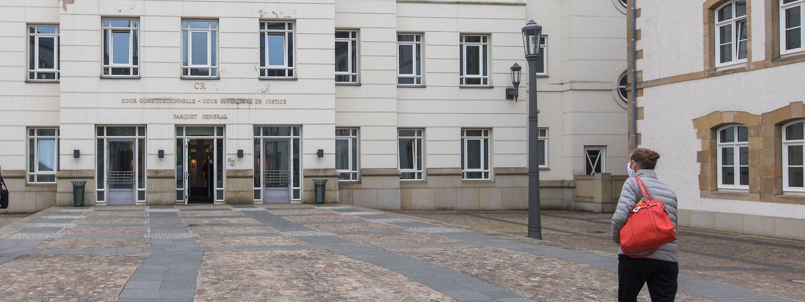 Angeklagte, Zeugen und Experten werden weiterhin zeitlich versetzt zu den Gerichtsverhandlungen gerufen.