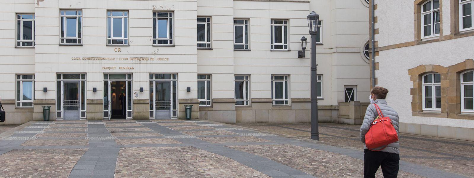 Nur vereinzelt treffen in der Cité judiciaire Menschen ein. Angeklagte und Zeugen werden zeitlich versetzt zu den Verhandlungen gerufen.