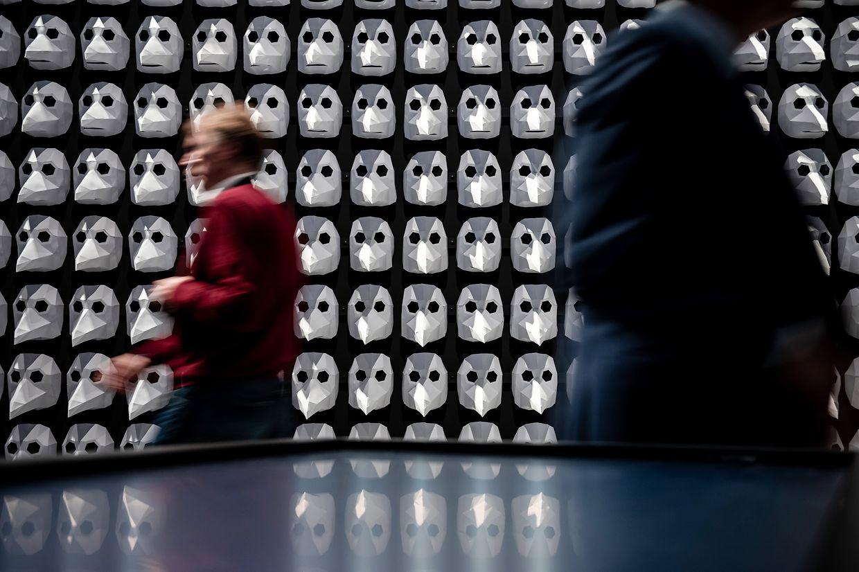Herne. Seuchenmasken aus Papier sind an einer Wand befestigt. Die Sonderausstellung in Herne zeigt die Geschichte der Pest und ihre globalen Auswirkungen. Gezeigt werden rund 300 archäologische und kulturgeschichtliche Exponate aus aller Welt.