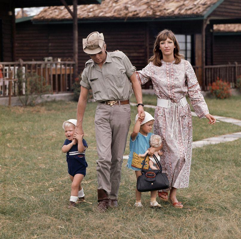Der deutsche Schauspieler Hardy Krüger mit seiner Ehefrau Francesca und den Kindern Sohn Hardy (l) und Tochter Malaika an den Händen auf dem Gelände seiner Farm Momella-Game-Lodge in Tansania im Jahre 1970.