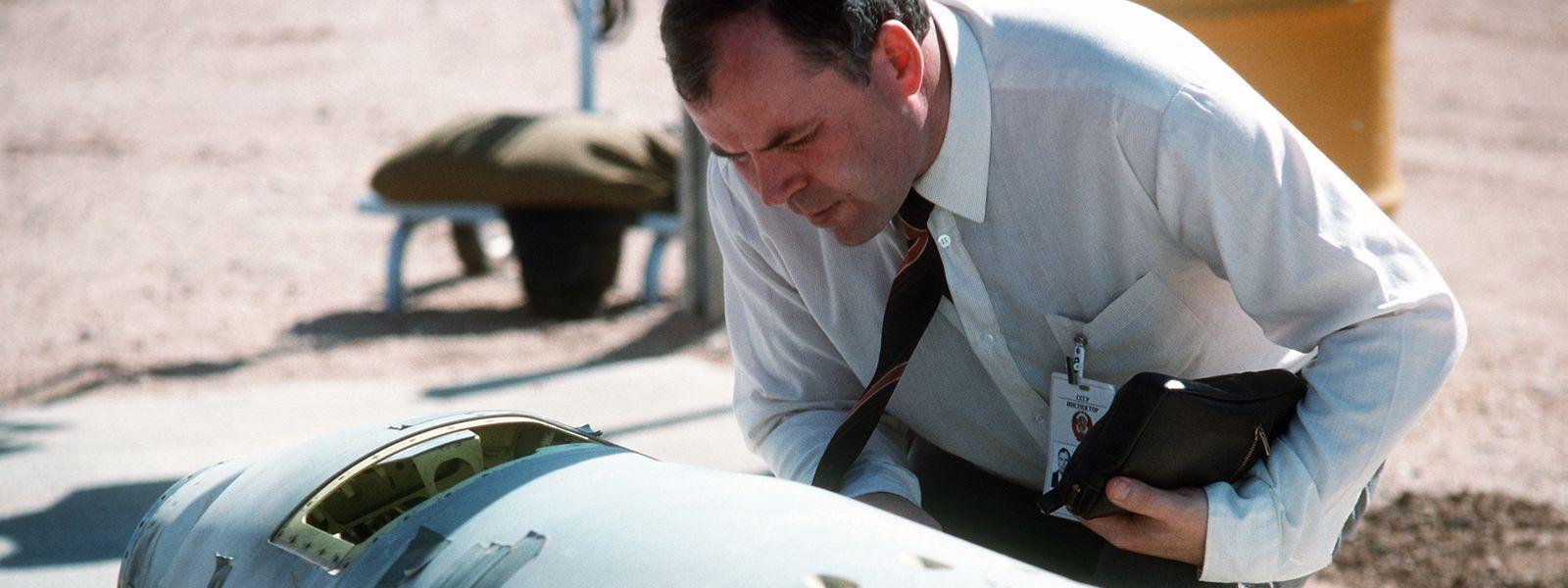 Ein sowjetischer Inspektor inspiziert im Oktober 1988 eine BGM-109G Tomahawk-Bodenrakete vor ihrer Zerstörung.