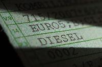 """ARCHIV - 09.03.2018, Baden-Württemberg, Stuttgart: Die Worte «Diesel» und «Euro5» stehen auf einer Zulassungsbescheinigung Teil 1 eines VW T5. (zu dpa «Diesel Fahrverbot in Stuttgart"""" vom 02.10.2018) Foto: Marijan Murat/dpa +++ dpa-Bildfunk +++"""