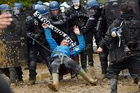 TOPSHOT - French gendarmes charge ZAD activists to clear an area known as ZAD (Zone a Defendre - Zone to defend) of environmental protesters occupying the site of what had been a proposed new airport in Notre dame des Landes on April 9, 2018.    / AFP PHOTO / LOIC VENANCE