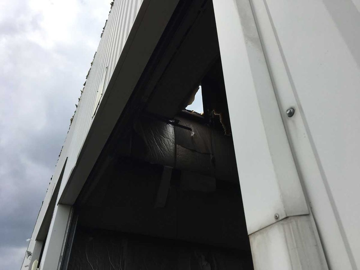 Le toit d'un entrepôt a cédé alors que l'ouvrier se trouvait dessus.