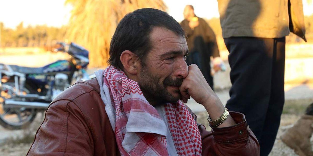 Un homme syrien fuit Alep