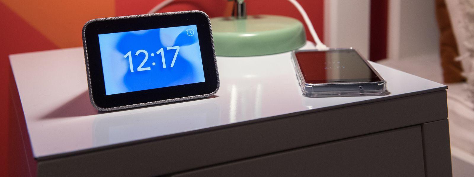 Zeitanzeiger, Radiowecker, Streamingbox und Ladegerät in einem:Lenovos Smart Clock verfügt über etliche Funktionen.