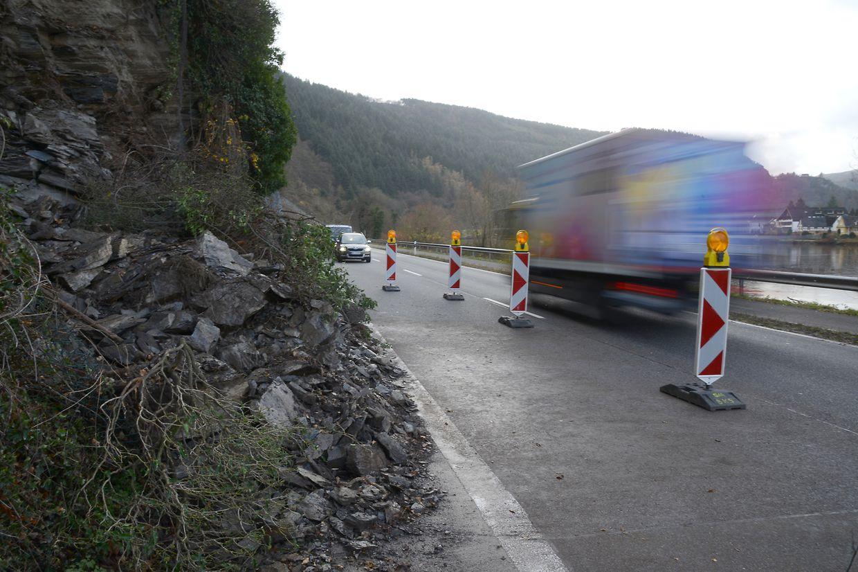 Der starke Regen löste am Montagabend rund 30 Tonnen Gestein aus dem Felshang neben der Straße, wie die Polizei mitteilte.