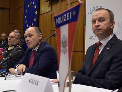 Innenminister Wolfgang Sobotka (Mitte) und General Karl Mahrer (rechts): Österreich ist keine Insel der Seligen.