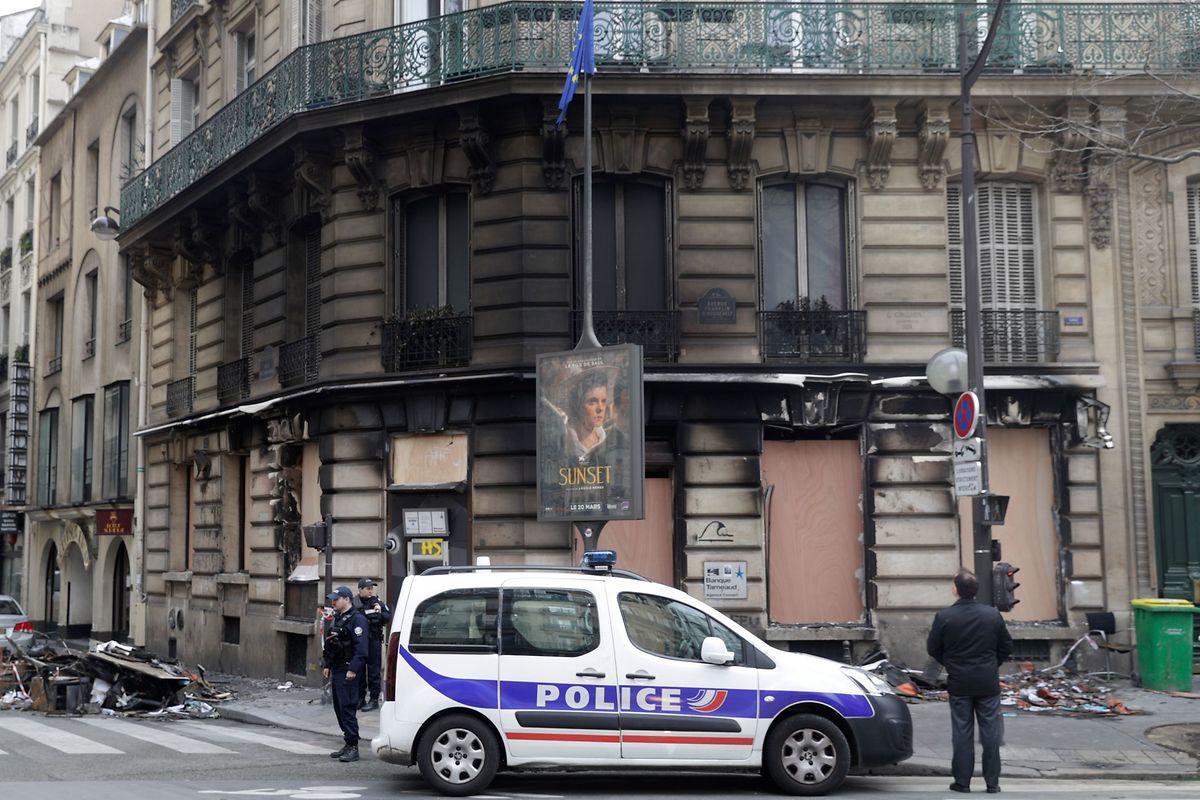 Eine Bankfiliale an der Ecke Rue du Colisee und Boulevard Roosevelt, nahe den Champs-Elysees wurde in Brand gesteckt.