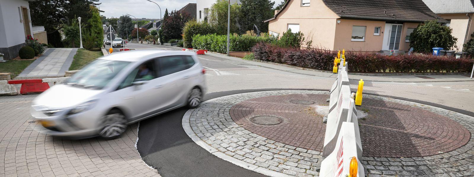 Der gesperrte Kreisverkehr in der Rue Fernand Mertens ist eine der Änderungen die eine Durchfahrt dieses Bettemburger Wohnviertels unattraktiv machen sollen. Sollte die Maßnahme sich bewähren, werde man eine ästhetisch anspruchsvollere Sperrung anbringen lassen.