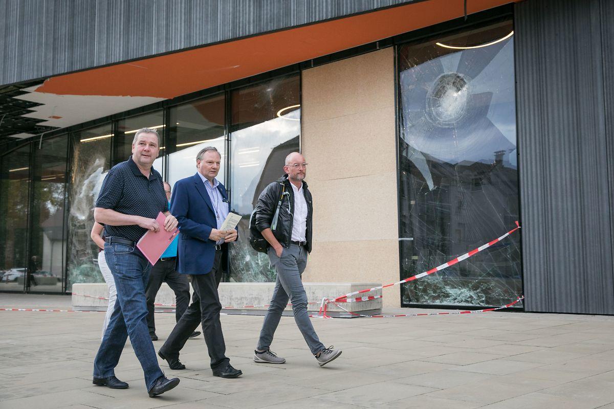 Michel Wolter auf dem Weg in die Versammlung im Käerjenger Treff. Auch dieses Gebäude wurde vom Tornado schwer getroffen, wie das Bild zeigt.