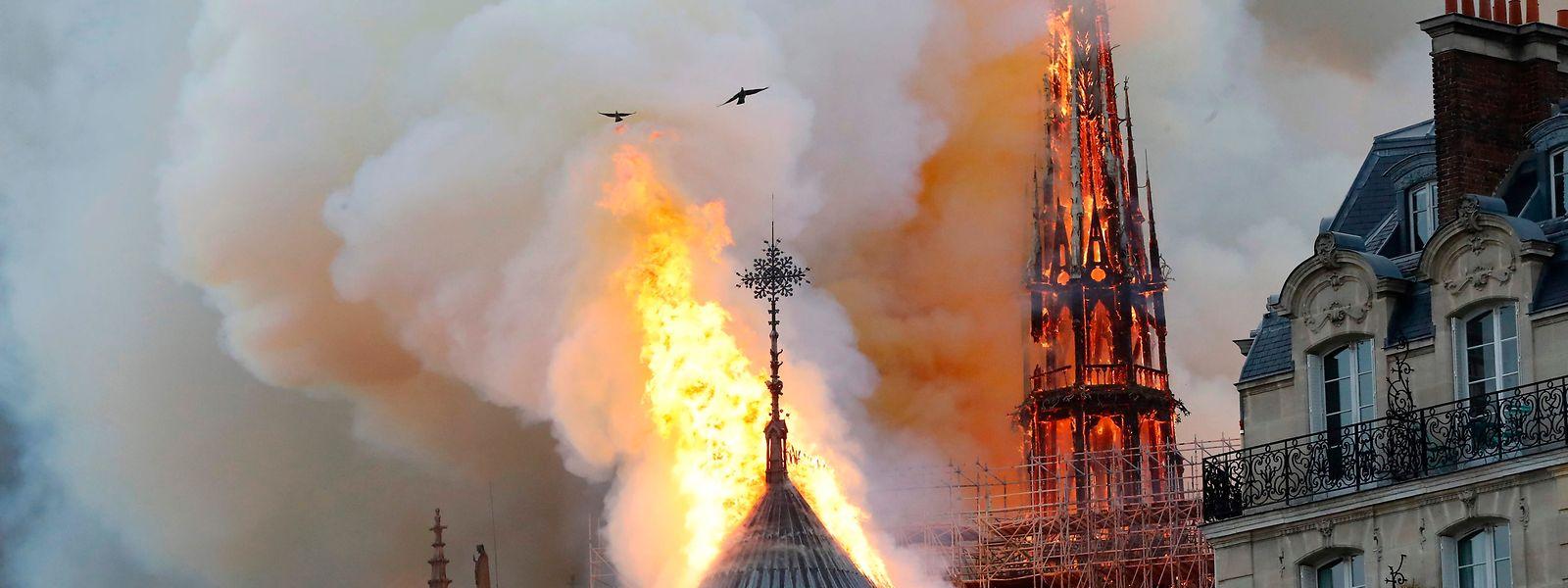 D'immenses flammes embrasent la toiture de Notre-Dame de Paris, le bâtiment le plus visité d'Europe.