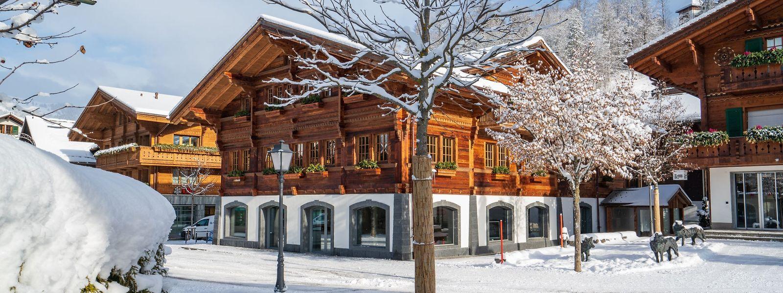 Louis Vuitton, Hermès, Moncler – beim Bummel durch den urigen Dorfkern von Gstaad kommen auch Luxusfans auf ihre Kosten.