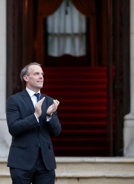 Der britische Außenminister Dominic Raab hatte die Amtsgeschäfte in Johnsons Abwesenheit übernommen. Hier ist er dabei zu sehen, wie er dem medizinischen Personal des NHS applaudiert.