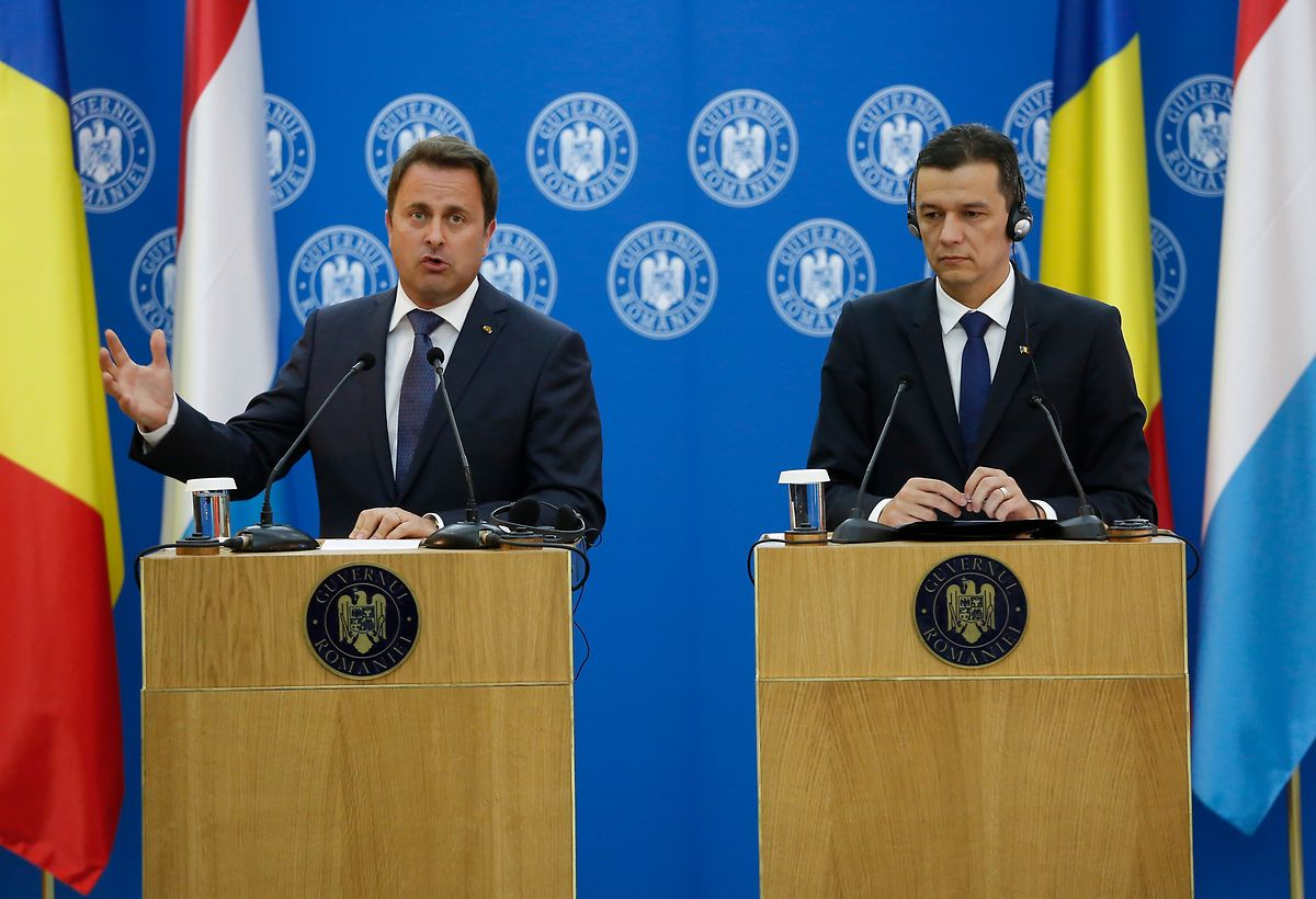 """Verkrampfte Miene, angespannte Körperhaltung beim Empfang von Xavier Bettel: Premier Sorin Grindeanu (r.) wurde von der eigenen Partei PSD attackiert. """"Der Misstrauensantrag liegt jetzt auf seinem Schreibtisch"""", sagt eine rumänische Journalistin."""