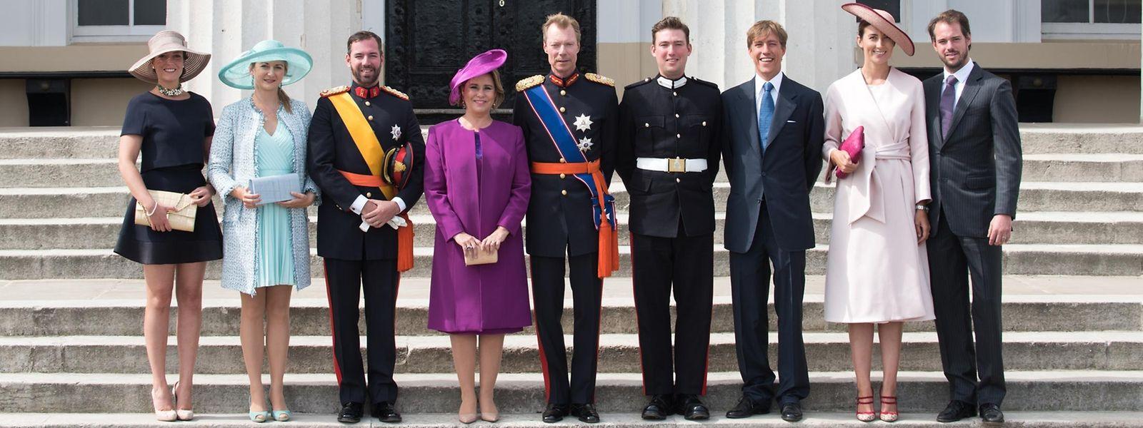 Le Grand-Duc et la Grande-Duchesse accompagnés de (de gauche à droite) la princesse Alexandra, la grande-duchesse héritière, le grand-duc héritier, le prince Sébastien, le prince Louis, la princesse Claire et le prince Félix