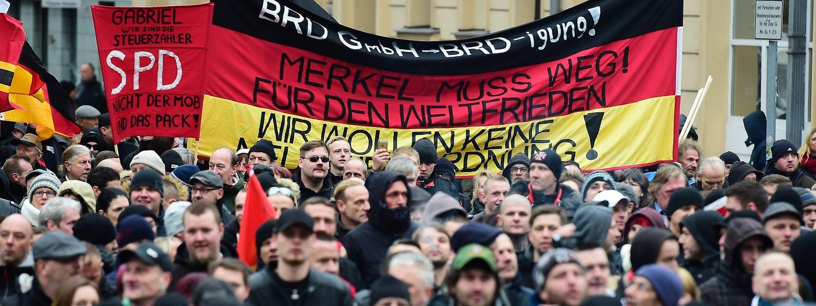 Bei einer Demo am Samstag machten Rechtsextremein Berlin erneut ihrem Ärger über die Flüchtlingspolitik der Bundeskanzlerin Luft.