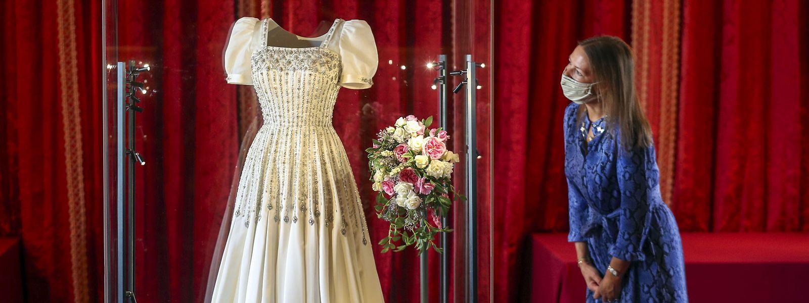 Die Kuratorin des Royal Collection Trust, Caroline de Guitut, besichtigt das Hochzeitskleid von Prinzessin Beatrice.