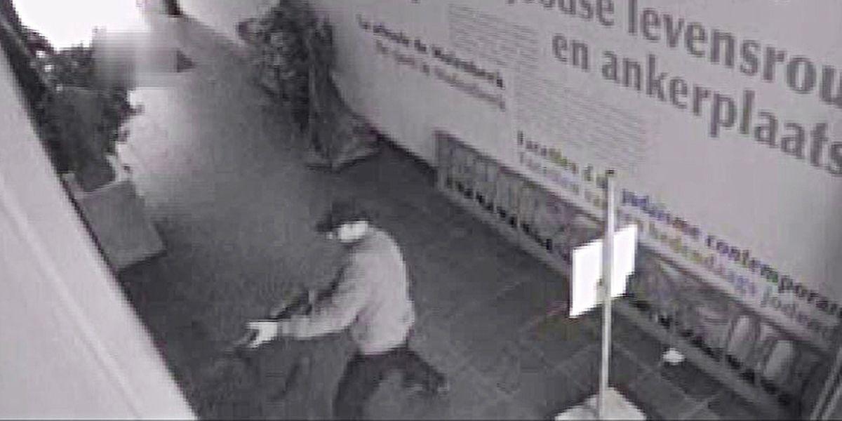 Extrait de la vidéo réalisée le 24 mai 2014. Le tireur, Mehdi Nemmouche, casquette, veste bleue, pantalon sombre, équipé de deux sacs noirs, entame son parcours sanglant dans le Musée juif de Bruxelles.