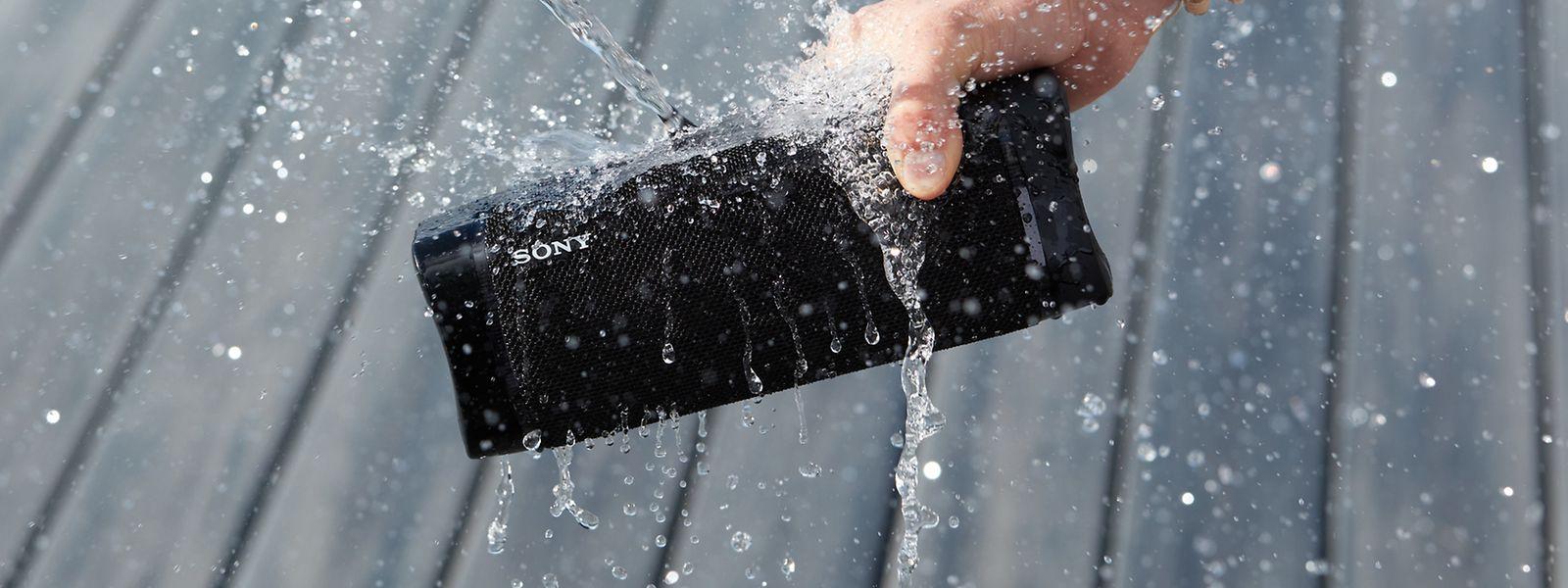 Wasser marsch! Eine kleine Dusche versetzt den Lautsprecher nicht in Schockstarre.