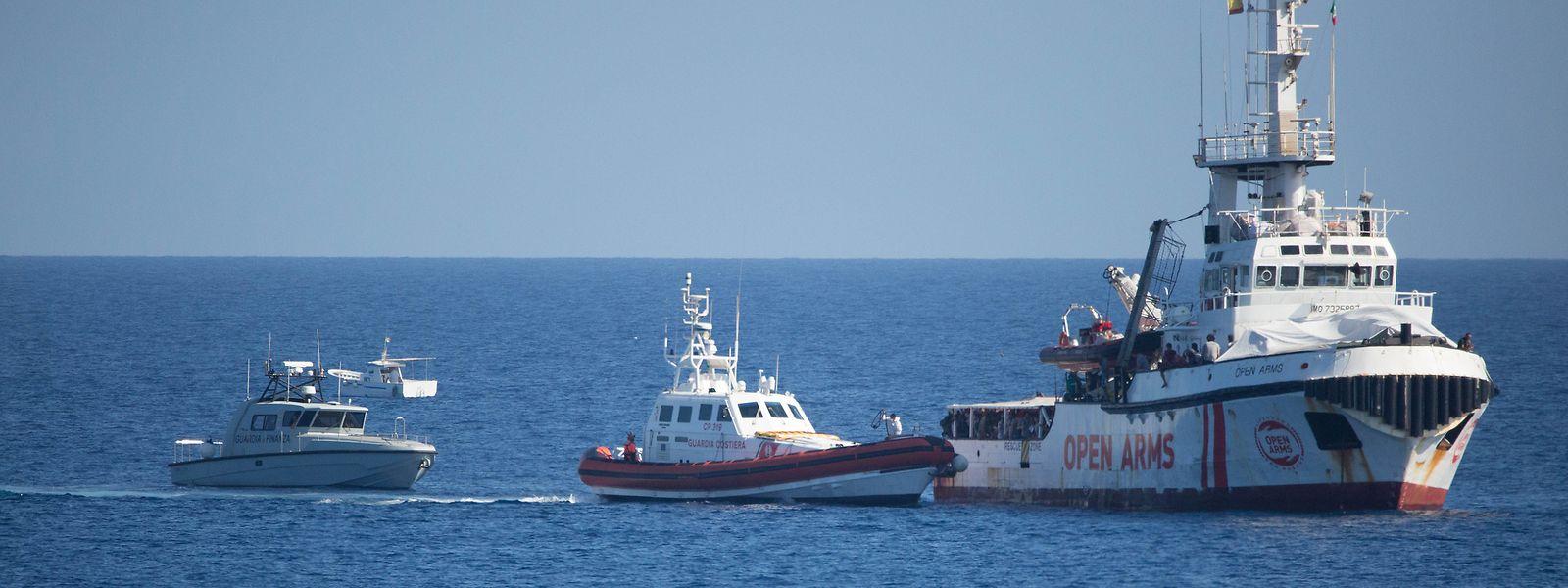 """Das Schiff """"Open Arms"""" der Hilfsorganisation Proactiva Open Arms ankert vor der Küste von Lampedusa."""