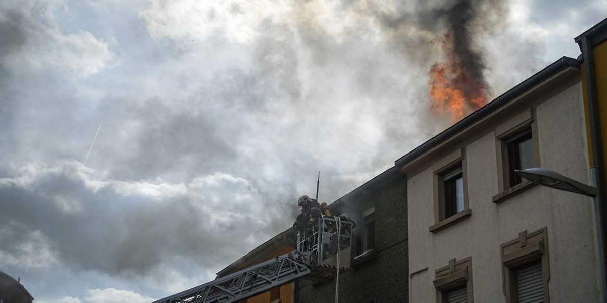 Am späten Freitagnachmittag wurde die Feuerwehr zu einem Dachstuhlbrand in die Rue Charlotte nach Rodange gerufen.