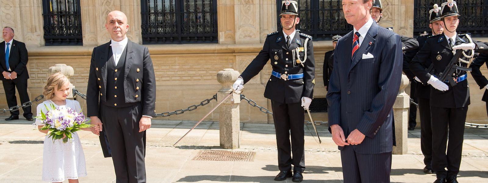 Le grand-duc Henri devant le palais grand-ducal lors de la visite d'État du président de Roumanie Klaus Iohannis et de son épouse Carmen, le 6 juin 2016.