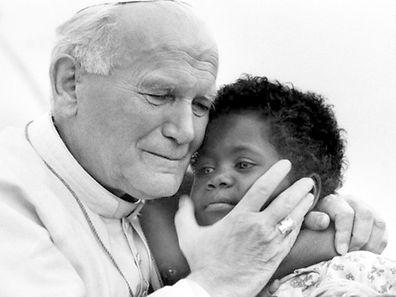Papa João Paulo II com uma criança de Madagascar