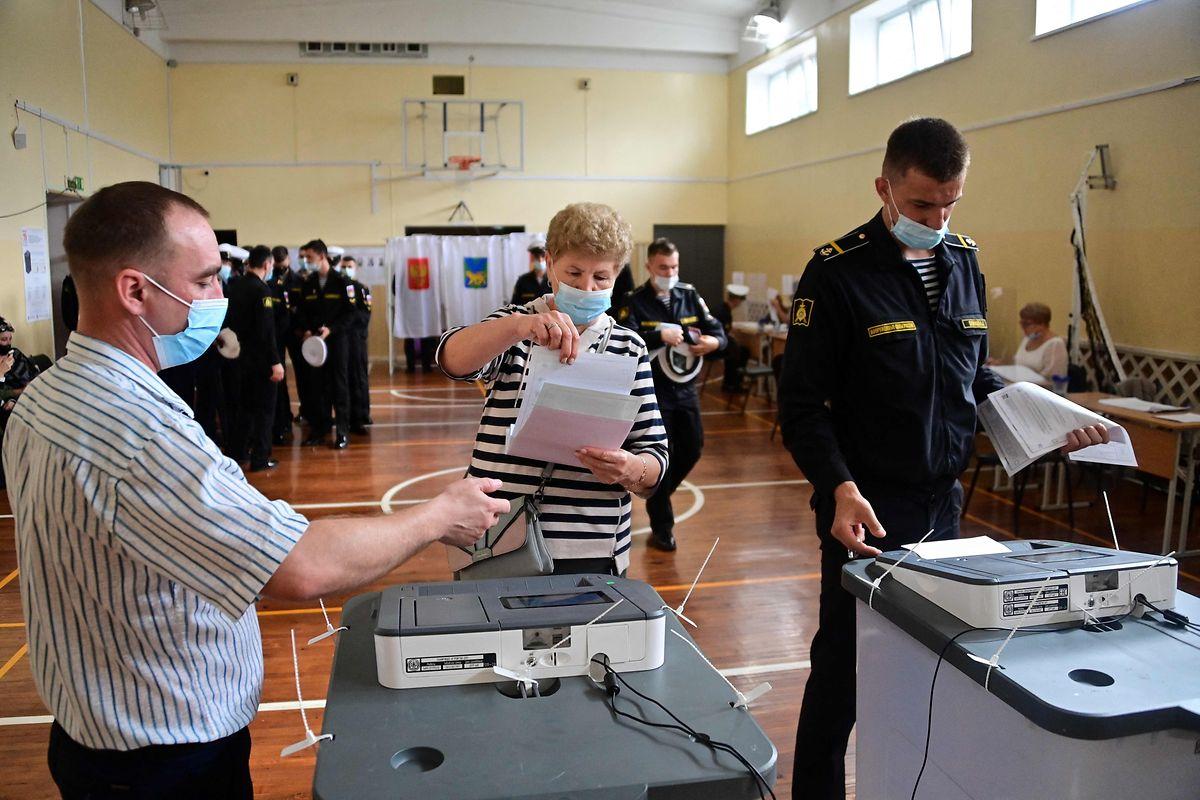 Auch die Marinekadetten treten zur Stimmabgabe an.